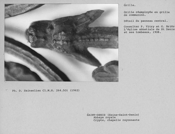 Grille de la chapelle rayonnante de la crypte, détail d'un dragon du panneau central ouvrant