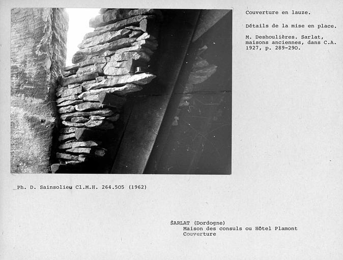 Couverture en lauzes de la charpente, détail de la mise en palce