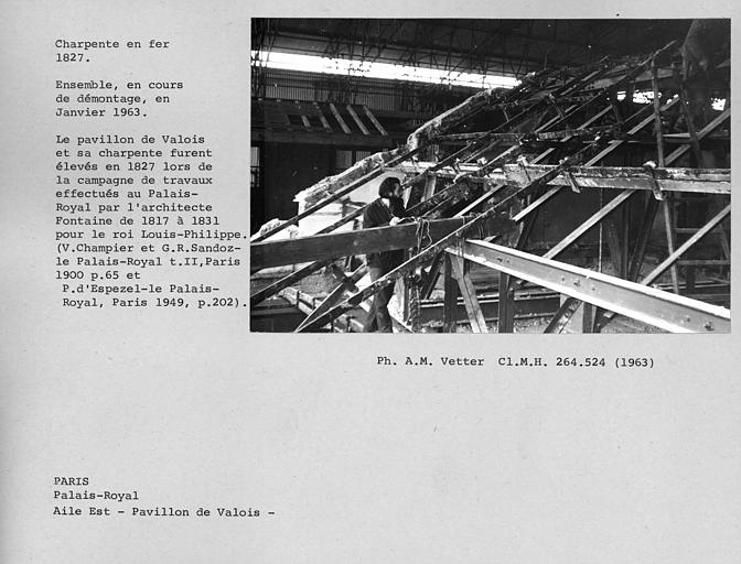 Aile est du Palais Royal, charpente en fer du Pavillon de Valois. Vue d'ensemble de la charpente en cours de démontage en janvier 1963