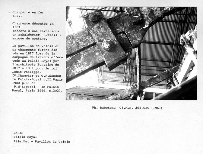 Aile est du Palais Royal, charpente en fer du Pavillon de Valois, démontée en 1963. Détail d'une marque de montage de raccord d'une cerce sous un arbalétrier
