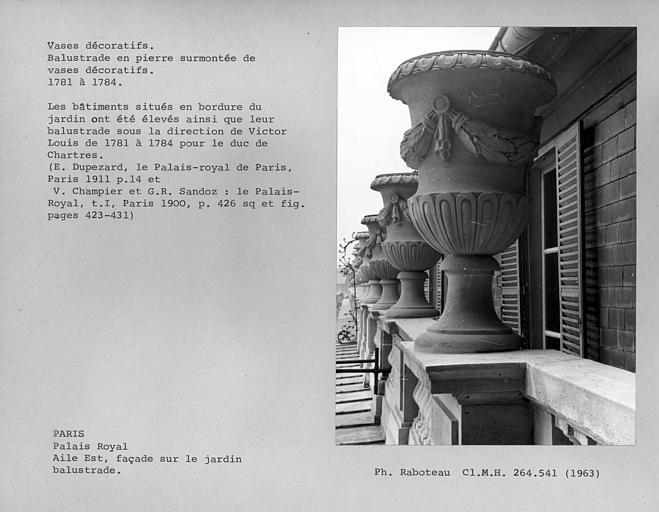 Aile est. Balustrade en pierre surmontée de vases décoratifs, côté jardin