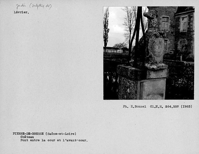 Sculpture de jardin en pierre représentant un lèvrier sur le pont, entre la cour et l'avant-cour du côté sud