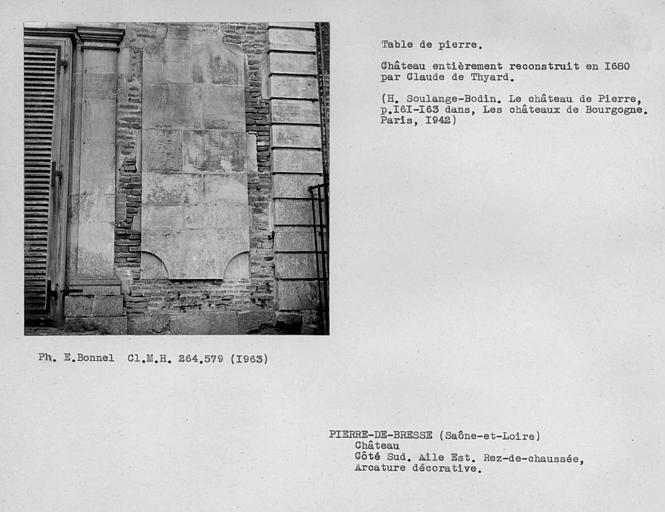 Table de pierre ornementale des arcades du côté est de l'aile de la cour du côté ouest