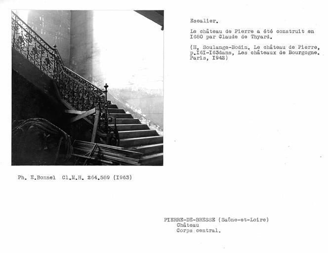 Corps central. Rampe d'escalier en fer forgé de l'escalier monumental