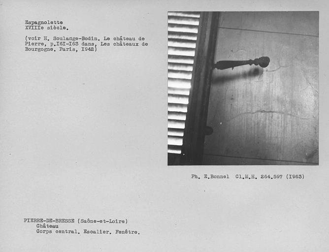 Corps central. Espagnolette de la fenêtre à l'étage de l'escalier monumental