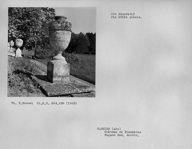 Façade sud. Vase décoratif du jardin