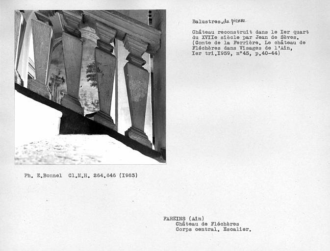 Balustres de pierre de l'escalier monumental du corps central