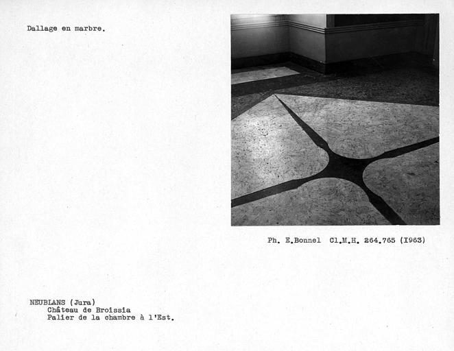 Dallage en marbre du couloir, palier de la chambre à l'est