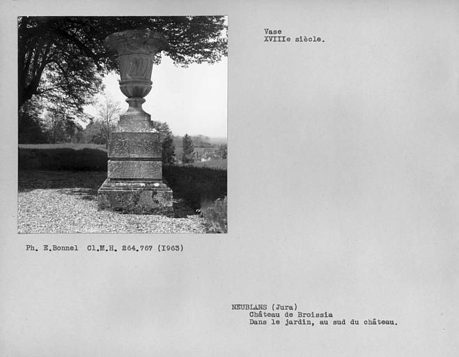 Vase dans le jardin au sud du château
