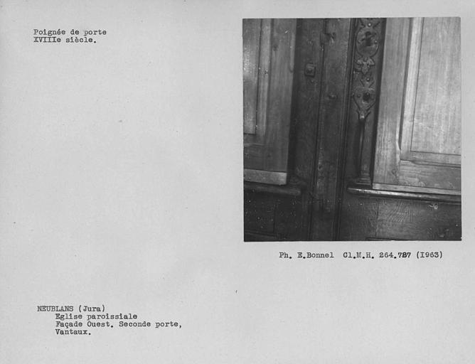 Poignée de la porte en bois barreaudée à l'entrée