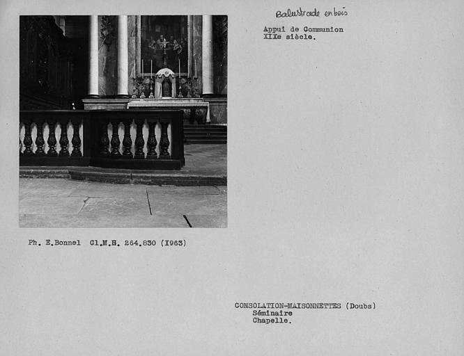 Appui en bois de la balustrade du choeur de l'église