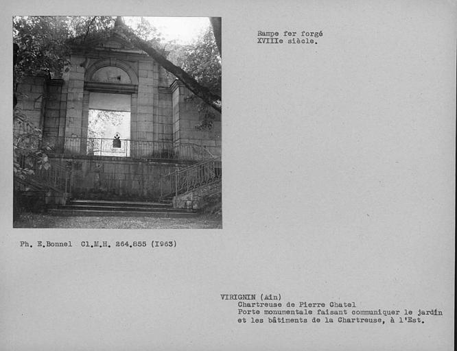 Porte monumentale de la troisième enceinte côté est et rampe en fer forgé