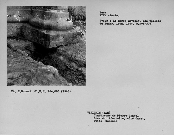 Base de la colonne du mur ouest et puits de la cour du réfectoire