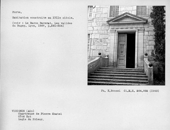 Porte du cloître de la façade est du logis du Prieur, côté est