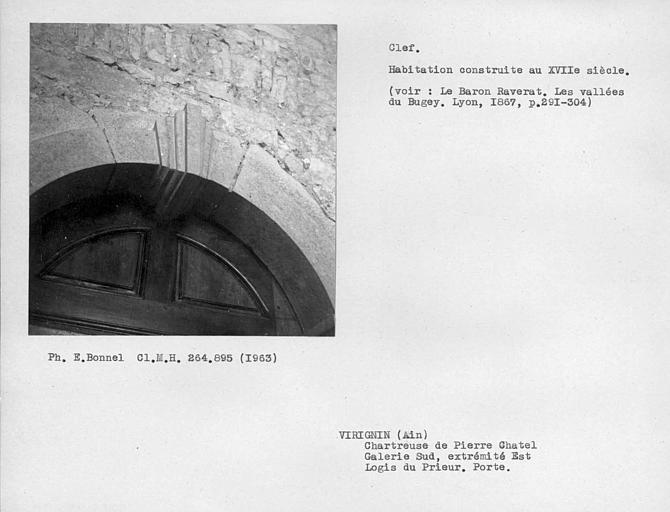 Galerie sud, extrémité est. Porte de la cellule du cloître du logis du Prieur