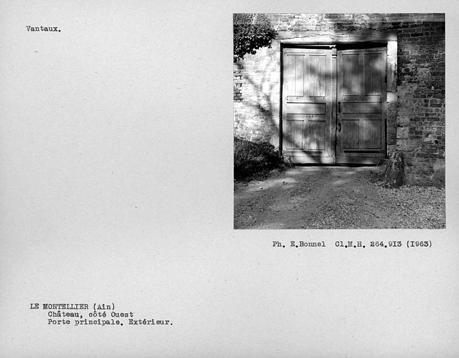 Extérieur des doubles vantaux de la porte d'entrée dans la cour du côté ouest