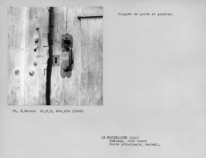 Poignée de porte et poucier des vantaux de la porte d'entrée dans la cour du côté ouest