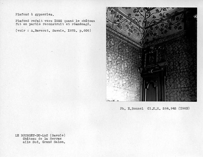 Aile sud. Dessus de porte et plafond à gypseries du grand salon