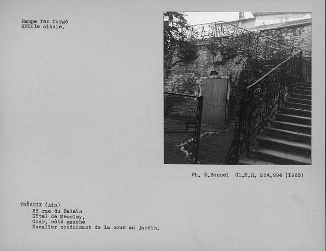 Rampe en fer forgé de l'escalier de la cour descendant au jardin, côté gauche