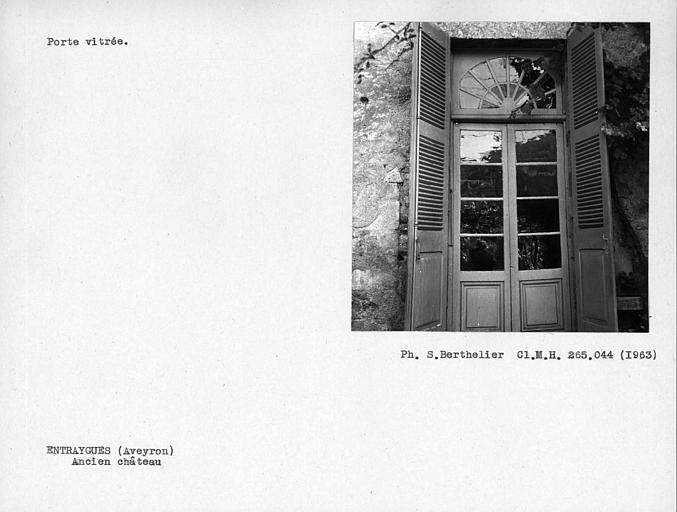 Vantail de porte vitré sur jardin du prieuré au rez-de-chaussée