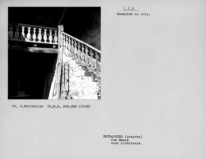 Balustres de l'escalier en bois de la cour intérieure