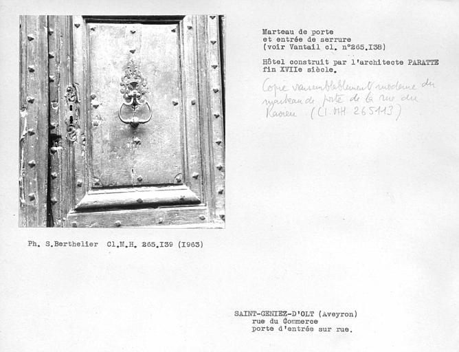 Serrurerie du vantail, marteau de porte, copie vraissemblablement moderne du marteau de porte de la rue du Ravieu (voir cl. monuments historiques 265113)
