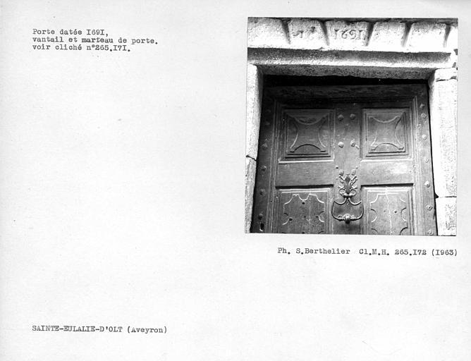 Vantail et marteau de porte