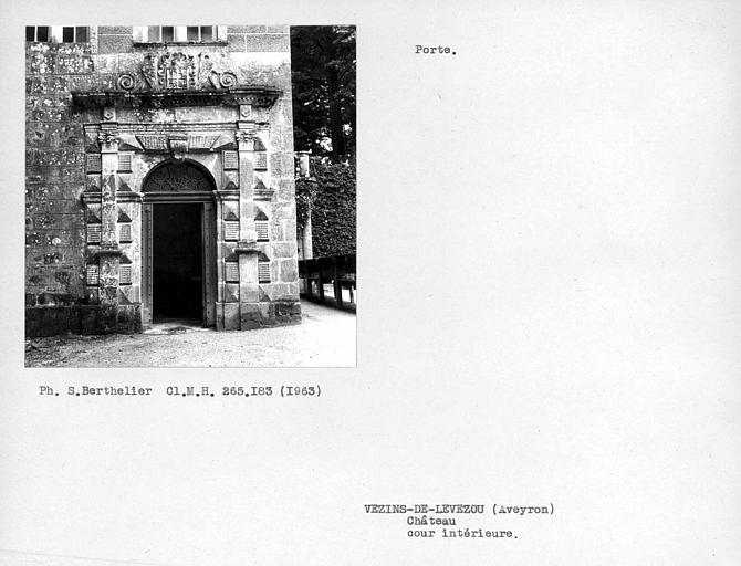 Porte sur cour intérieure