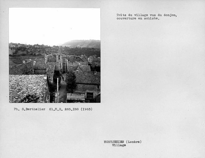 Vue sur les toits du village couverts de schiste