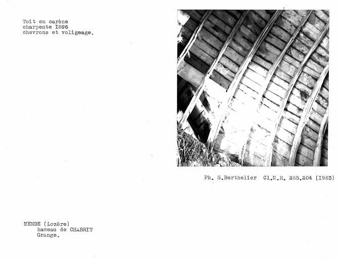 Charpente du toit en carène de la grange