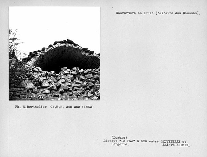 Toit sur voûte couvert en lauze (calcaire des Causses)