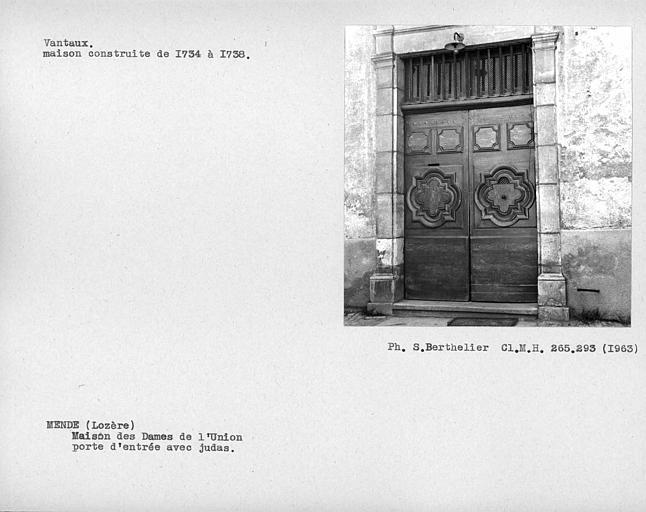 Vantail de porte d'entrée de la première cour