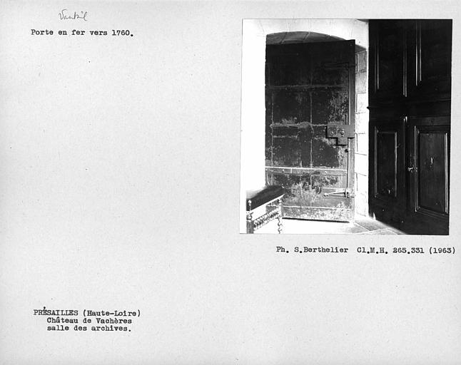 Vantail de la porte en fer de la salle des archives
