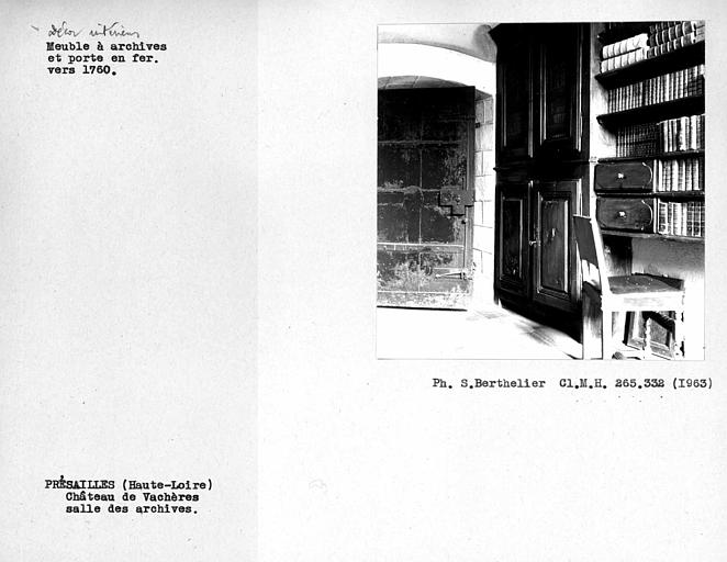 Porte en fer et meuble à archives de la salle des archives