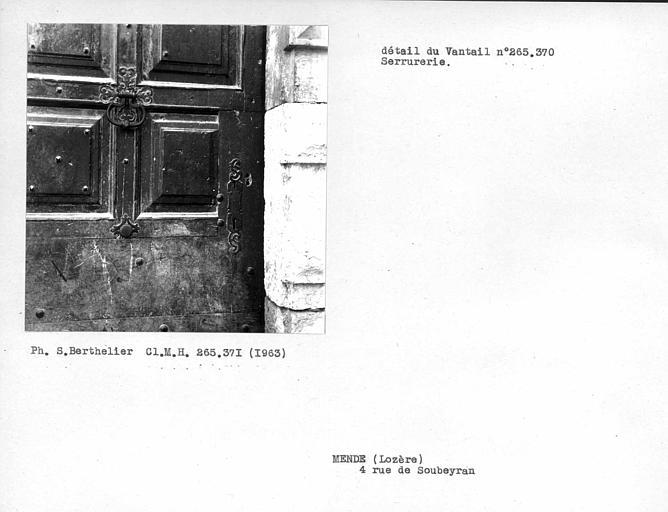 Détail du vantail de porte et serrurerie (voir cliché monuments historiques 265370)
