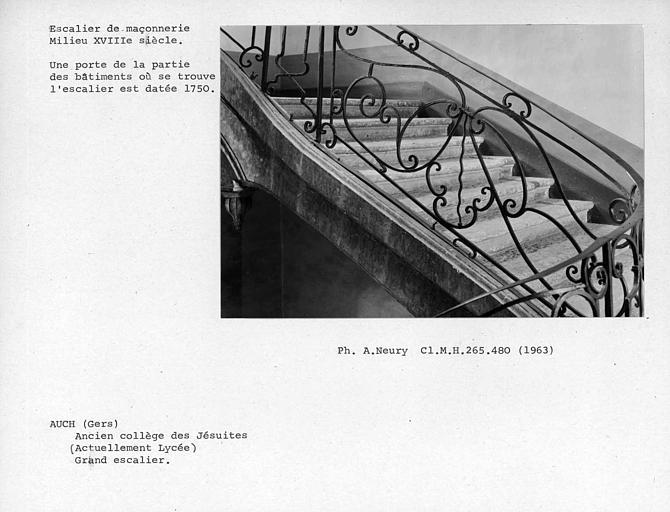 Détail de la rampe d'escalier en fer forgé du palier entre le premier et le deuxième étage