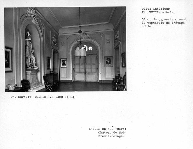 Décor de gypserie du vestibule du premier étage, vue prise depuis la porte-fenêtre sur parc