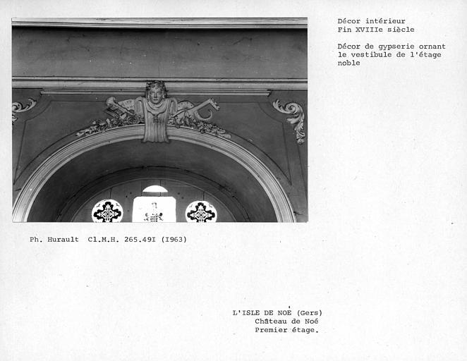 Décor de gypserie ornant le dessus de porte du vestibule du premier étage, côté est de la cour