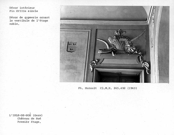 Décor de gypserie ornant le dessus de porte du vestibule du premier étage, côté droit du mur nord