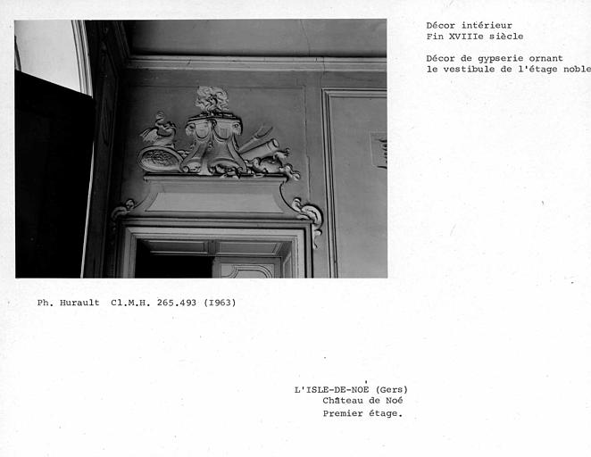 Décor de gypserie ornant le dessus de porte du vestibule du premier étage, côté gauche du mur nord