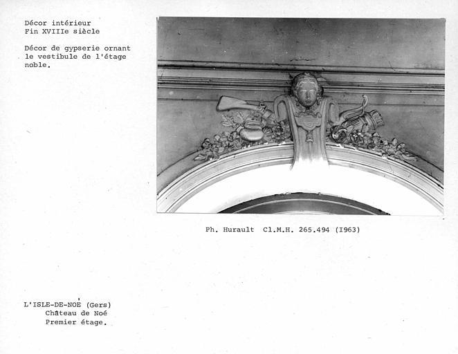 Décor de gypserie ornant le dessus de porte-fenêtre du vestibule du premier étage, côté ouest du parc