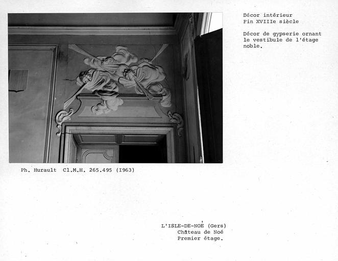 Décor de gypserie ornant le dessus de porte du vestibule du premier étage, côté droit du mur sud