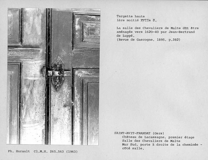 Décor de la salle des Chevaliers de Malte, verrou haut de la porte à droite de la cheminée côté salle