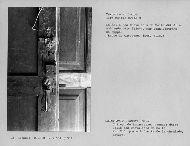 Décor de la salle des Chevaliers de Malte, verrou et loquet au dos de la porte à droite de la cheminée