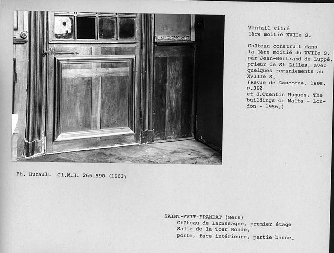 Partie basse du vantail vitré de la porte de la salle de la Tour ronde au premier étage