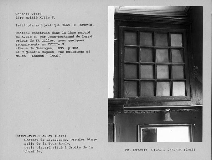 Vantail vitré du placard à droite de la cheminée de la salle de la Tour ronde au premier étage