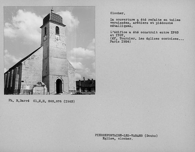 Vue d'ensemble du clocher. Couverture refaite en tuiles vernissées, arêtiers et piédouche métallique