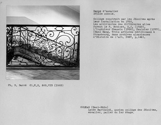 Rampe en fer forgé de l'escalier d'honneur, détail du palier du premier étage et deuxième volée entre le rez-de-chaussée et le premier étage