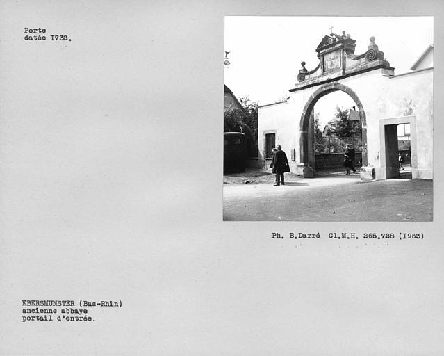 Portail voisin de l'église des bâtiments conventuels