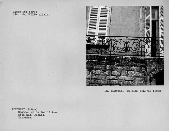 Rampe d'appui en fer forgé de la terrasse, façade du côté sud